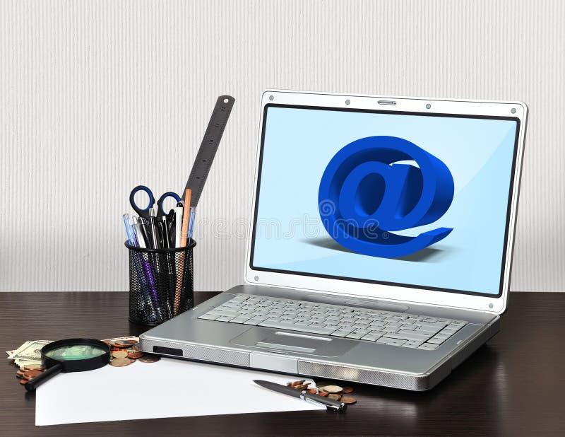 Cuaderno con símbolo del correo electrónico fotografía de archivo
