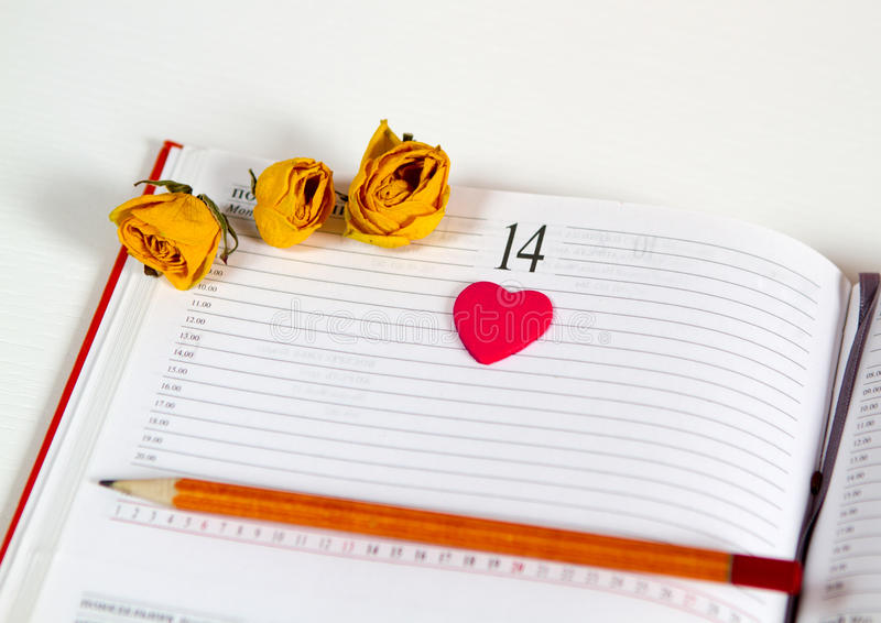 Cuaderno con un corazón del lápiz fotografía de archivo
