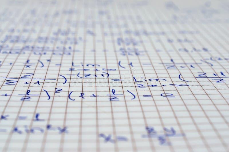 Cuaderno de la escuela con ecuaciones manuscritas de la álgebra foto de archivo libre de regalías