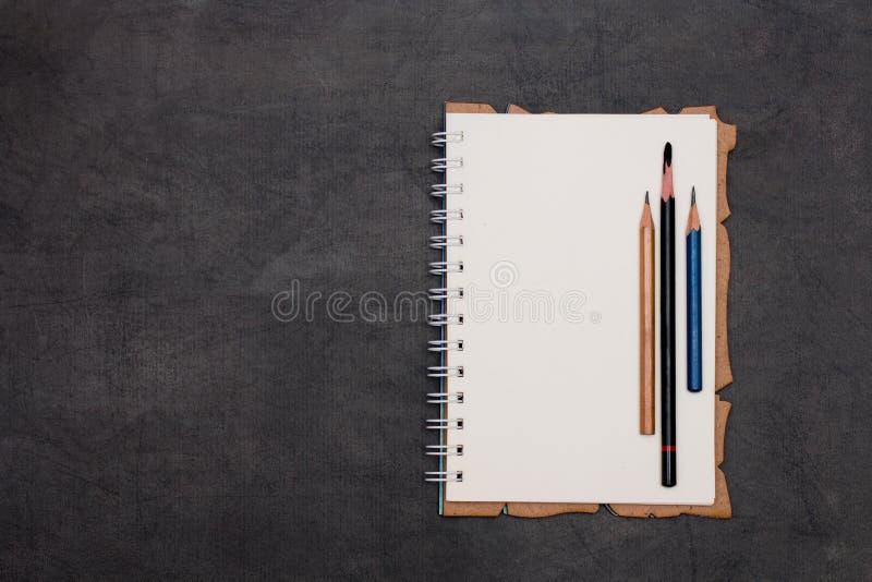Cuaderno de la primavera con tres lápices foto de archivo libre de regalías