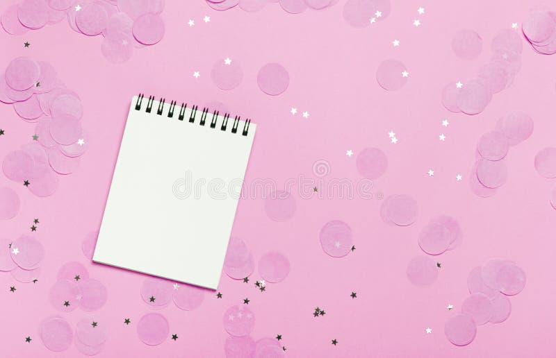 Cuaderno de notas vacío - imite encima de plantilla con confeti rosado en fondo rosado Mofa brillante y festiva del día de fiesta ilustración del vector