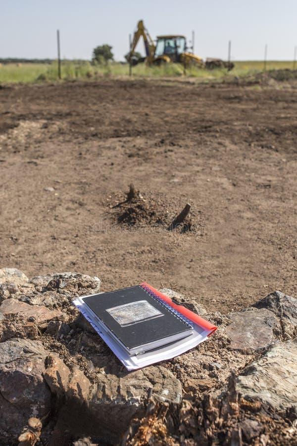 Cuaderno del arqueólogo en sitio de la excavación foto de archivo libre de regalías