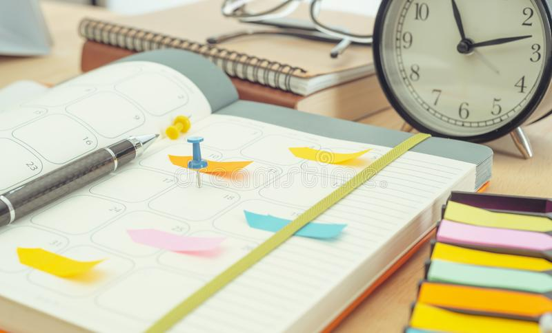 Cuaderno del diario del horario en la tabla la gestión recuerda resolver concepto fotografía de archivo
