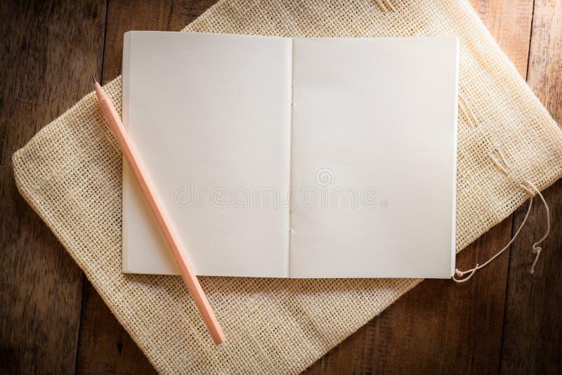 Cuaderno en blanco con el lápiz foto de archivo