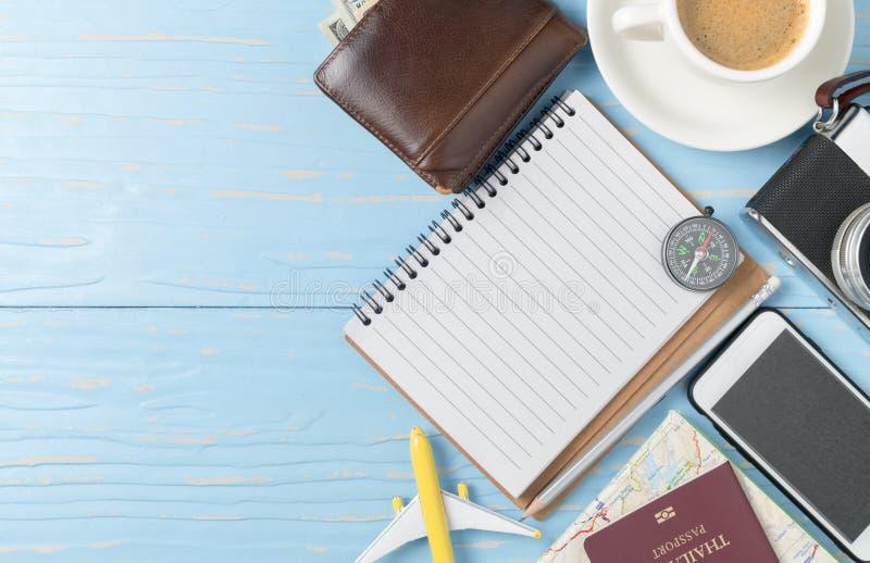 Cuaderno en blanco con el pasaporte y la cámara elegantes del teléfono fotos de archivo
