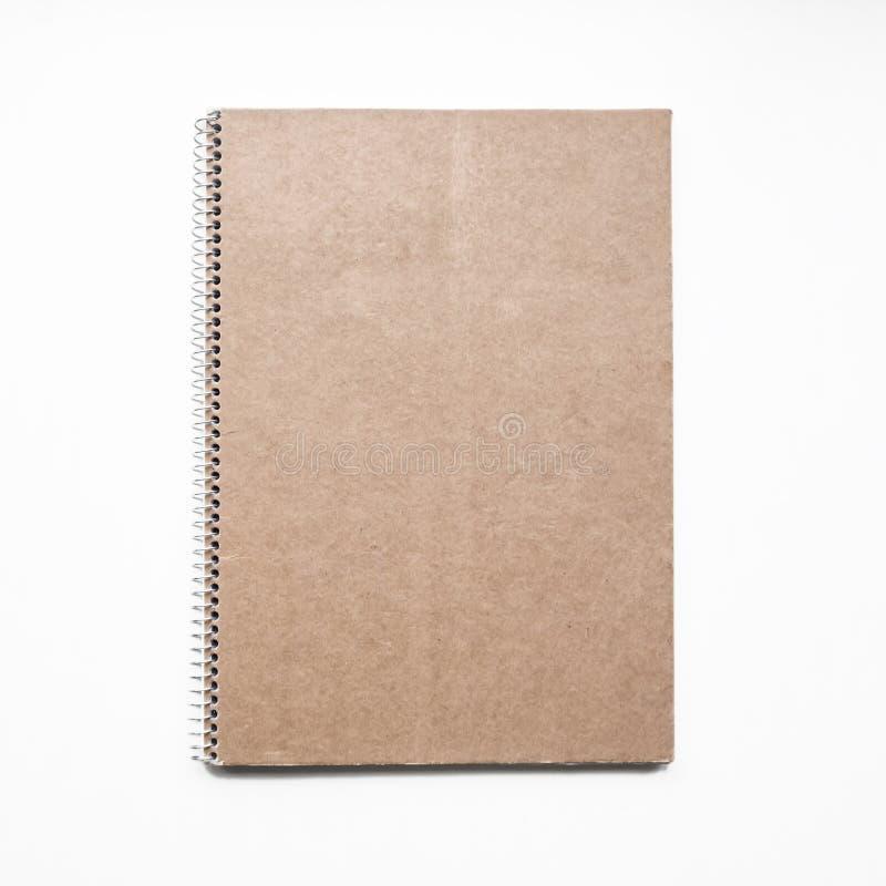 Cuaderno en blanco con la cubierta de cartulina de Kraft y el espiral, maqueta imagen de archivo libre de regalías