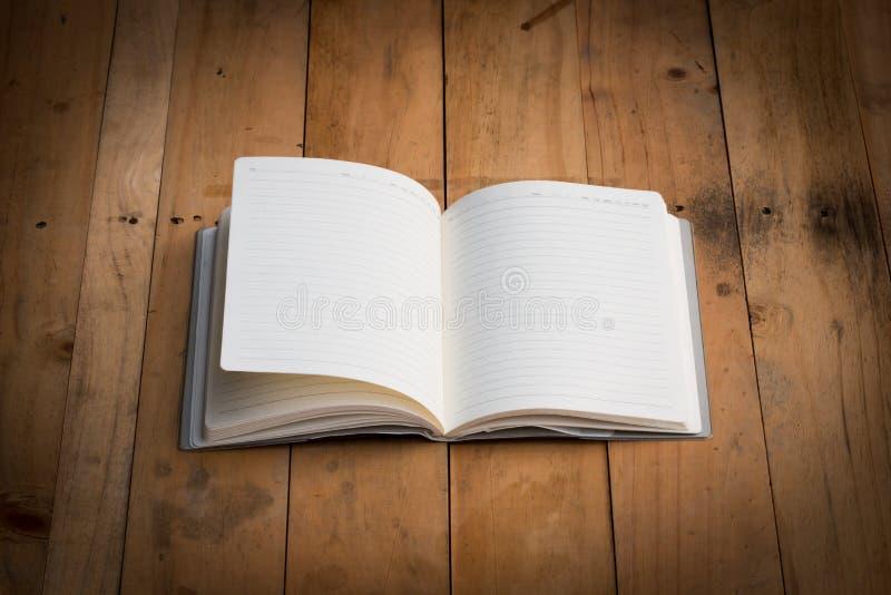 Cuaderno en blanco en el fondo de madera imagen de archivo libre de regalías
