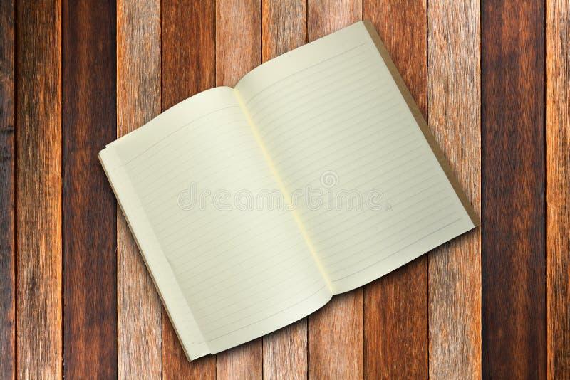 Cuaderno en blanco en fondo de la madera contrachapada imagen de archivo libre de regalías