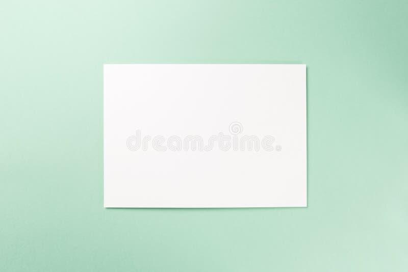 Cuaderno en blanco en fondo de la menta fotos de archivo libres de regalías