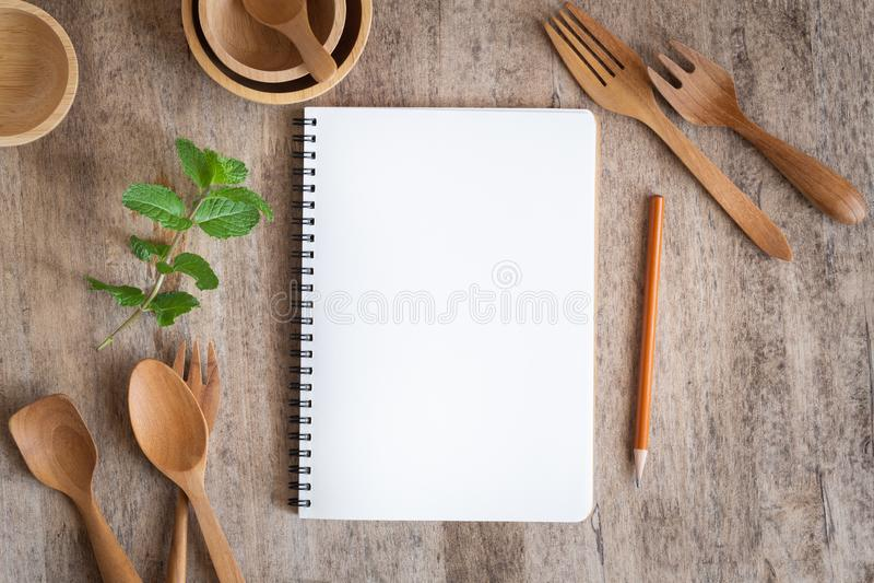Cuaderno en blanco para el fondo de madera de la tabla de la nota del texto En de madera tenga la bifurcación y lápiz de la cucha fotos de archivo libres de regalías