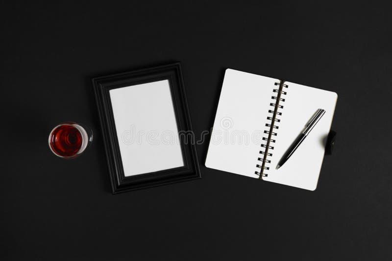Cuaderno en fondo negro imagen de archivo libre de regalías