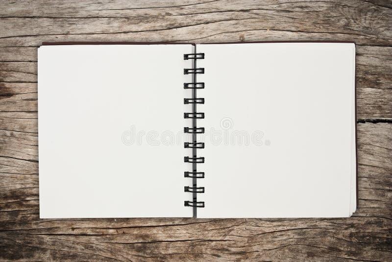 Cuaderno en la madera imagenes de archivo
