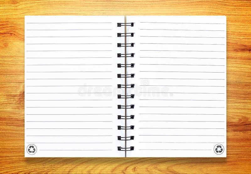 Cuaderno en la madera imágenes de archivo libres de regalías