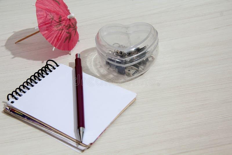 Cuaderno en la tabla con la libreta foto de archivo