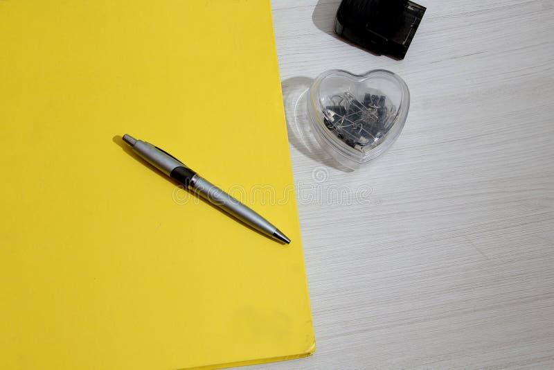 Cuaderno en la tabla con la libreta fotografía de archivo