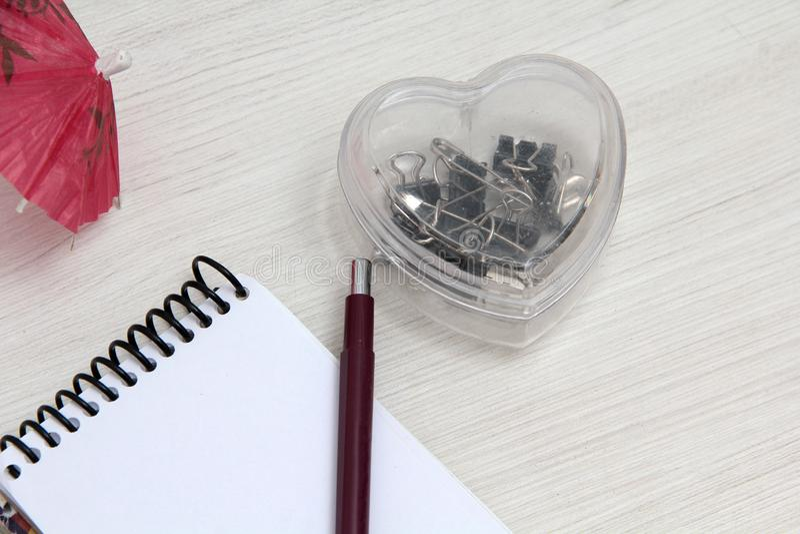 Cuaderno en la tabla con la libreta fotografía de archivo libre de regalías