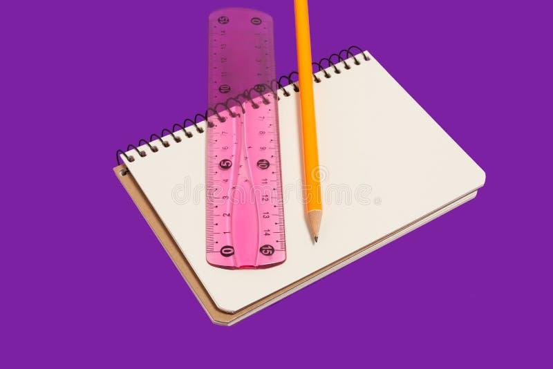 Cuaderno espiral con el lápiz y la regla imagen de archivo