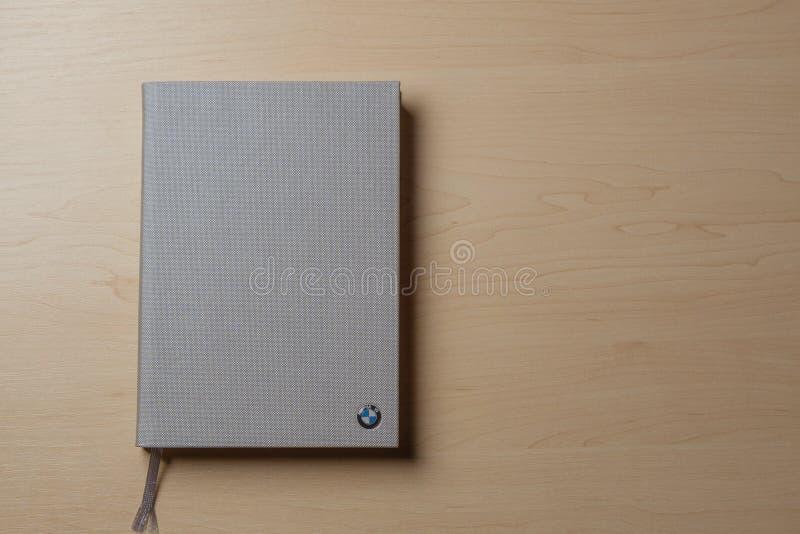 Cuaderno gris en un fondo de madera marrón de la tabla Visión superior con el espacio de la copia imágenes de archivo libres de regalías