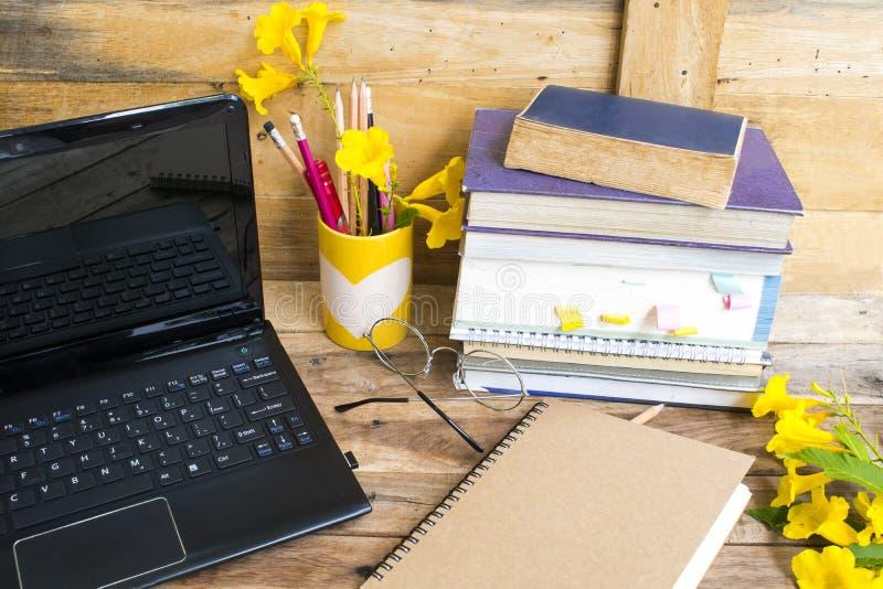 Cuaderno, inglés del diccionario y todo el libro para el estudio fotografía de archivo