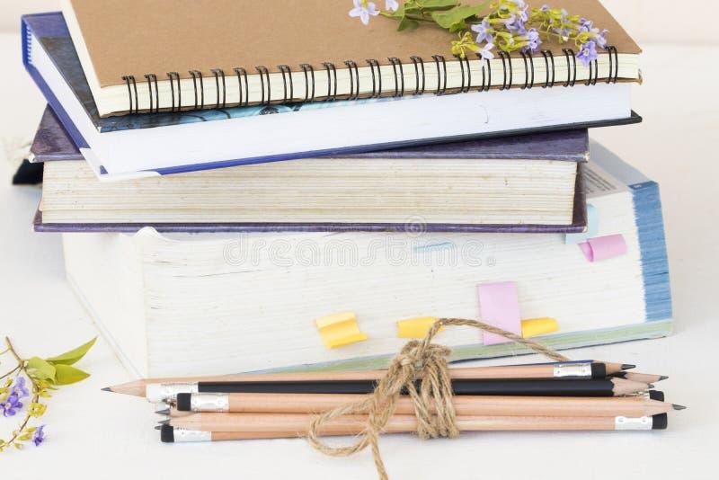 Cuaderno, libro del diccionario y lápiz del estudiante para el estudio fotografía de archivo
