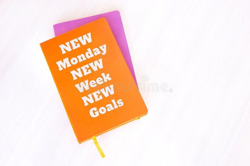 Cuaderno, libro o diario con cita de motivación: Nuevo lunes, nuevo foto de archivo libre de regalías
