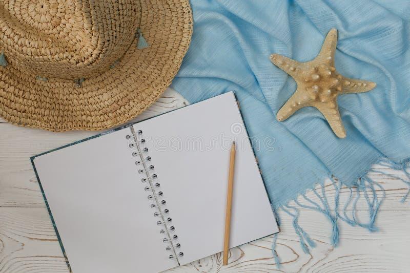 Cuaderno plano de la endecha con el espacio en blanco y concha marina para el whitewood de las vacaciones de verano, visión super foto de archivo libre de regalías