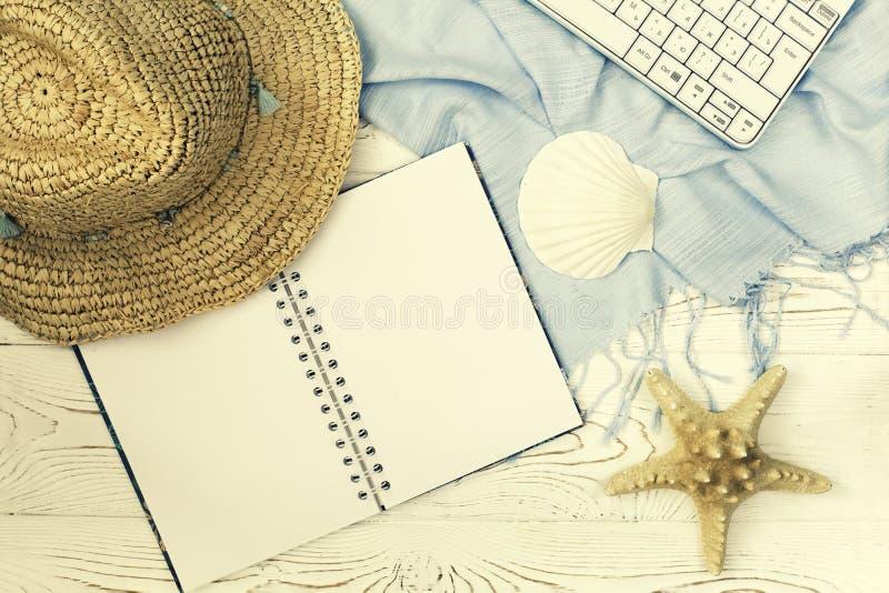 Cuaderno plano de la endecha con el espacio en blanco y concha marina para el whitewood de las vacaciones de verano, visión super imagenes de archivo