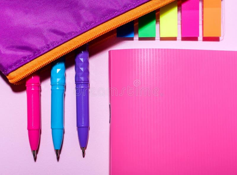 Cuaderno rosado y caja de lápiz púrpura Endecha plana, visión superior Lugar para el texto imagen de archivo
