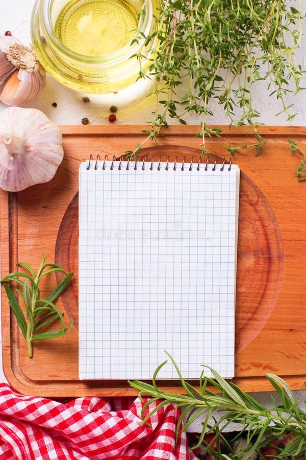 Cuaderno vacío para las recetas con las hierbas y las especias frescas fotos de archivo libres de regalías