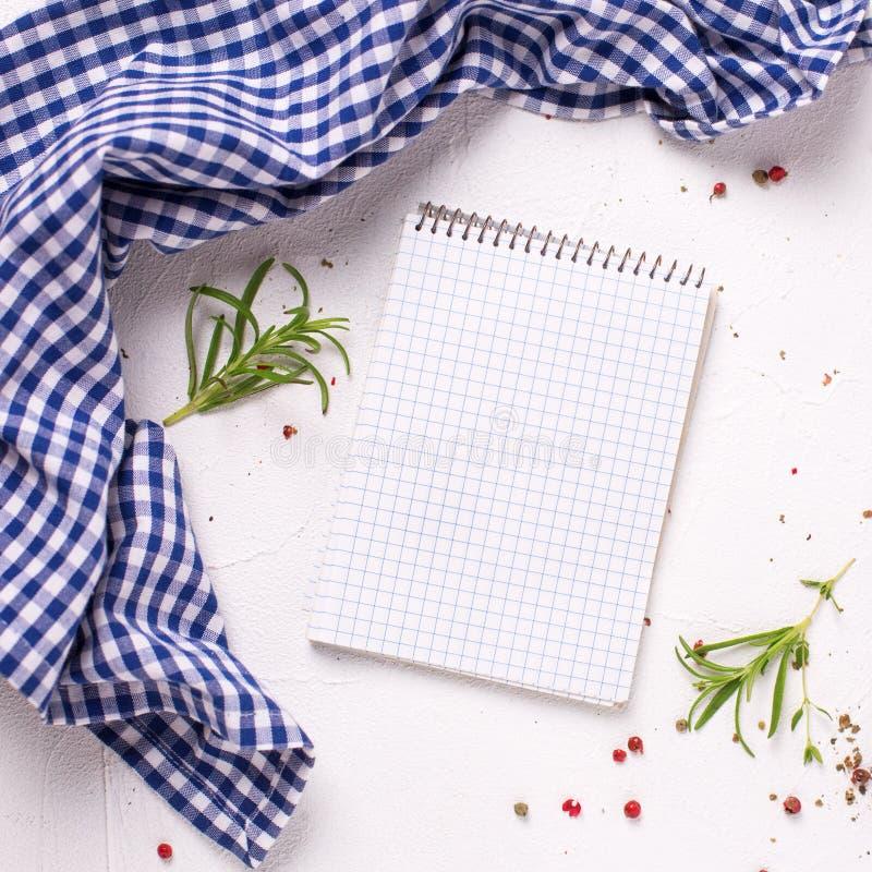 Cuaderno vacío para las recetas con las hierbas y las especias frescas fotos de archivo