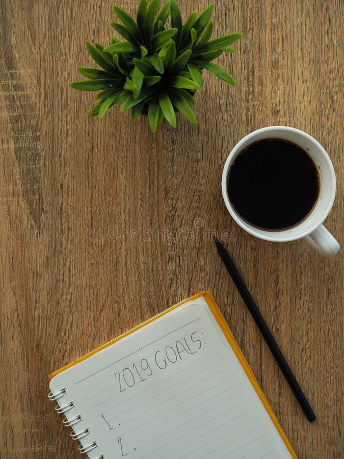 cuaderno y Año Nuevo de 2019 metas foto de archivo