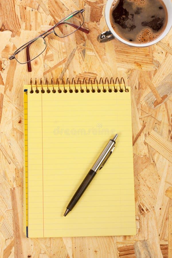 Cuaderno y café imágenes de archivo libres de regalías