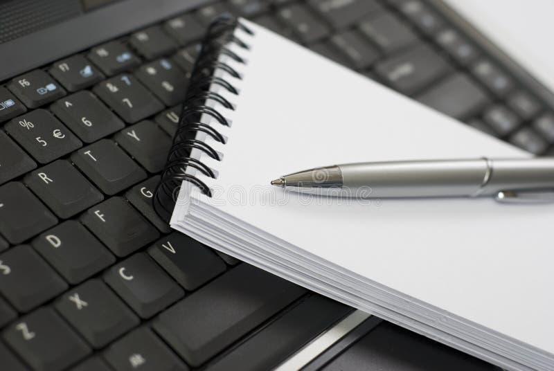 Cuaderno y computadora portátil imágenes de archivo libres de regalías