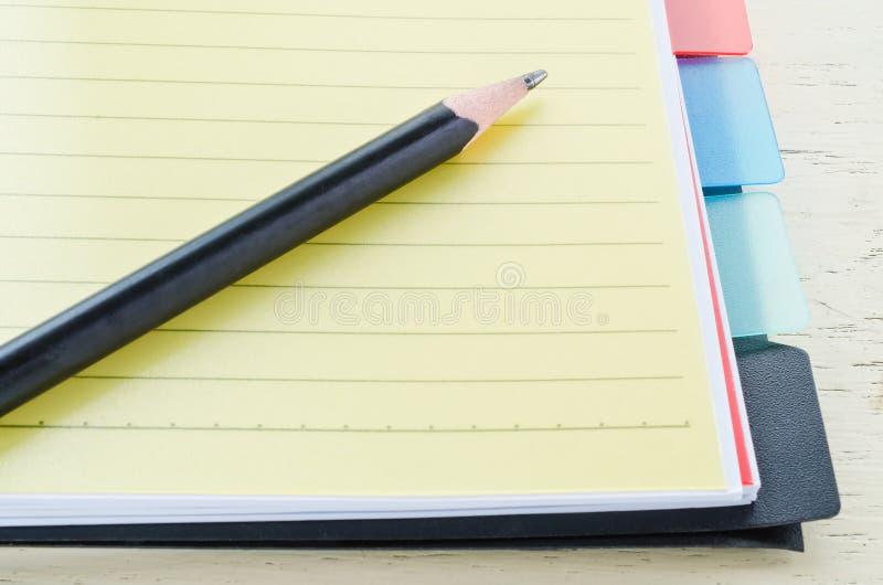Cuaderno y lápiz imagenes de archivo