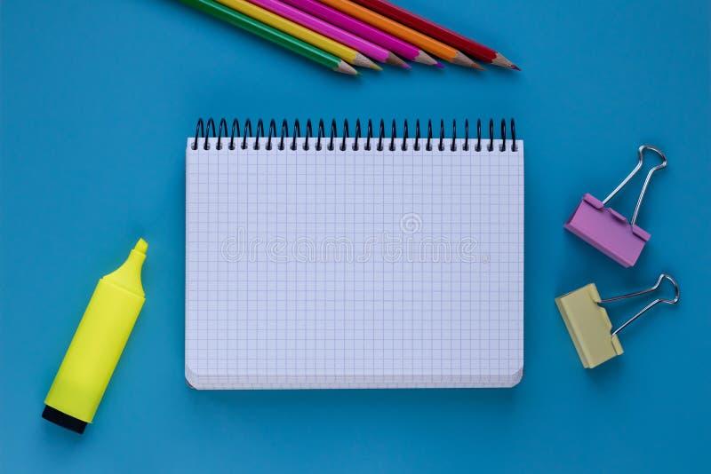 Cuaderno y lápiz en fondo azul Tarjeta para el concepto de planeamiento Cuaderno en blanco con el espacio de la copia concepto de fotos de archivo libres de regalías