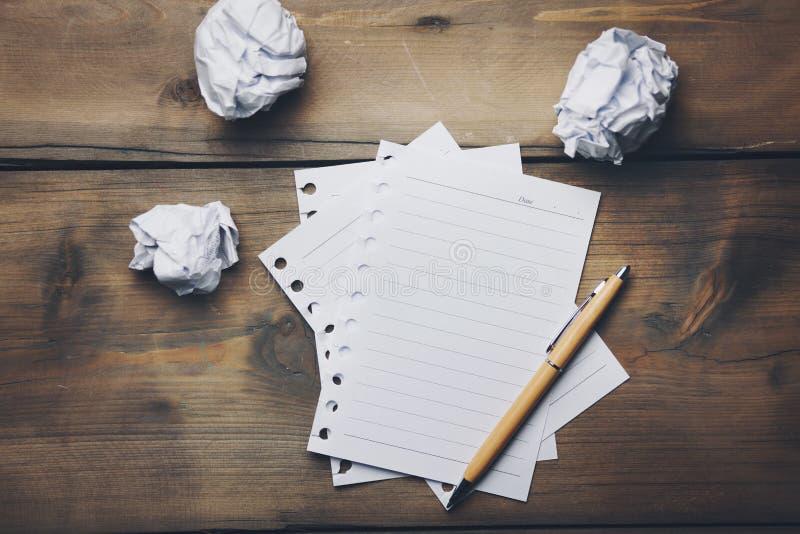 Cuaderno y papel arrugado imágenes de archivo libres de regalías