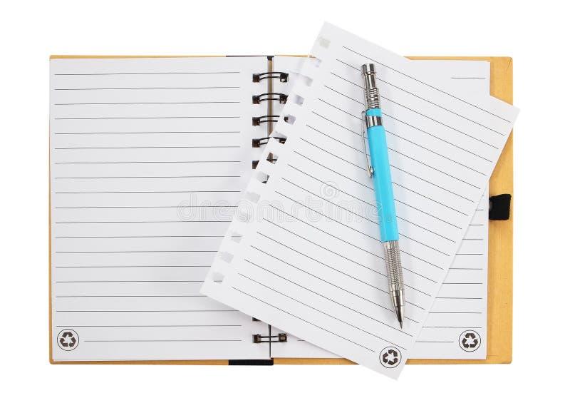 Cuaderno y pluma Aislado en el fondo blanco fotos de archivo libres de regalías