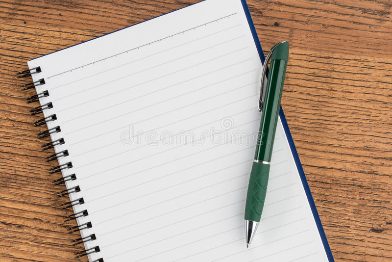 Cuaderno y pluma alineados, memorándum del recordatorio de la nota de la lista de control fotografía de archivo