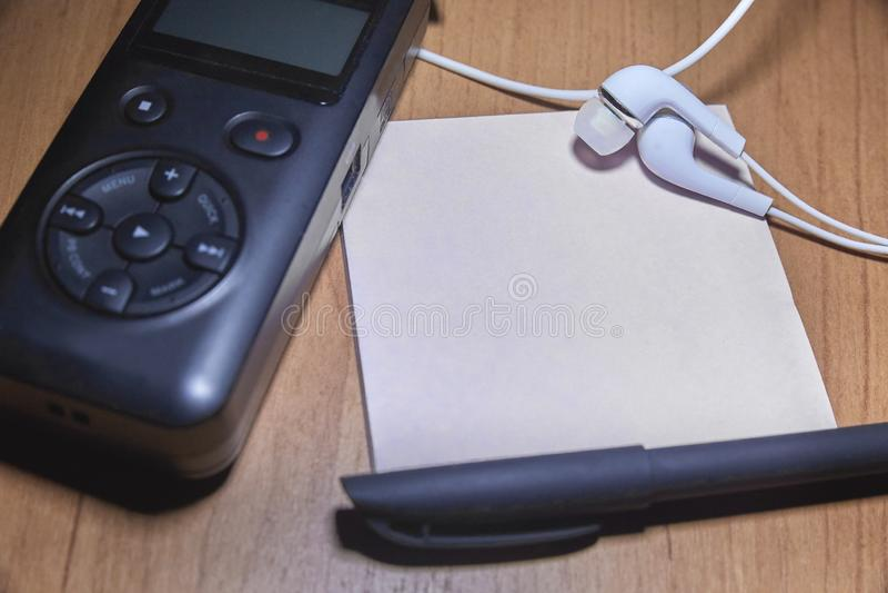 Cuaderno y pluma en la tabla de madera fotografía de archivo libre de regalías