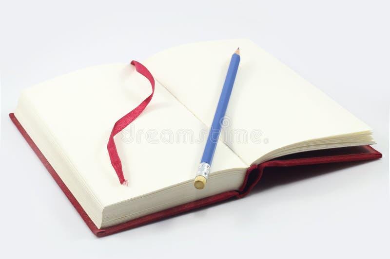 Cuaderno y pluma marrón en la tabla de madera fotografía de archivo libre de regalías