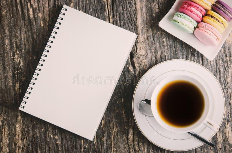 Cuaderno y taza blancos de té fotografía de archivo libre de regalías