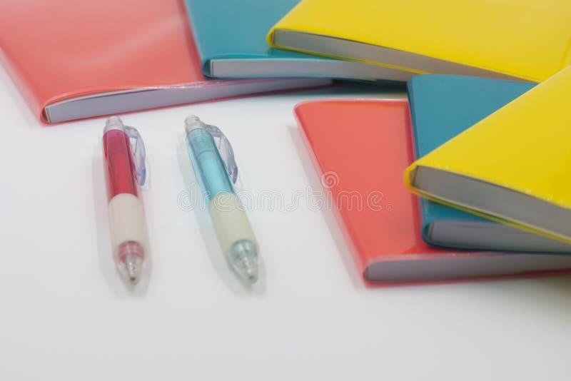 Cuadernos coloridos De nuevo a escuela fotos de archivo