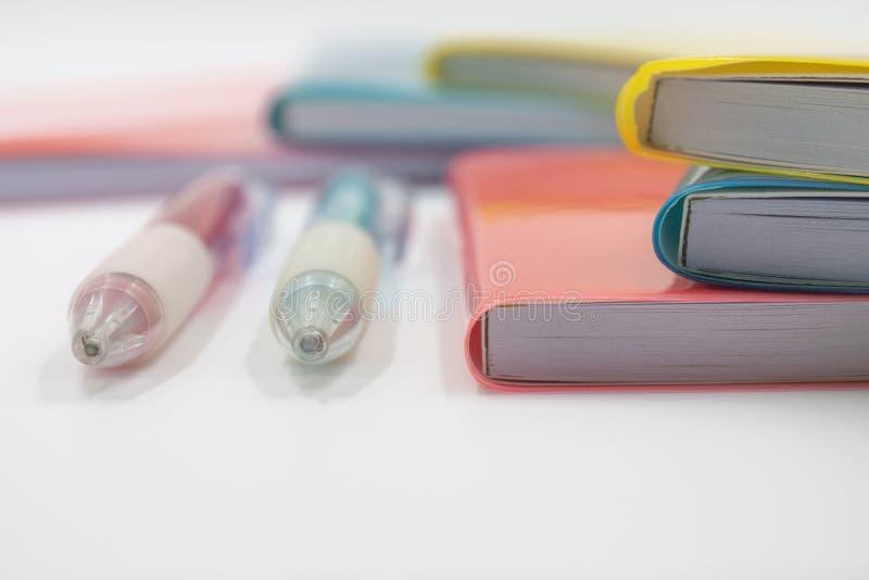 Cuadernos coloridos De nuevo a escuela imagenes de archivo