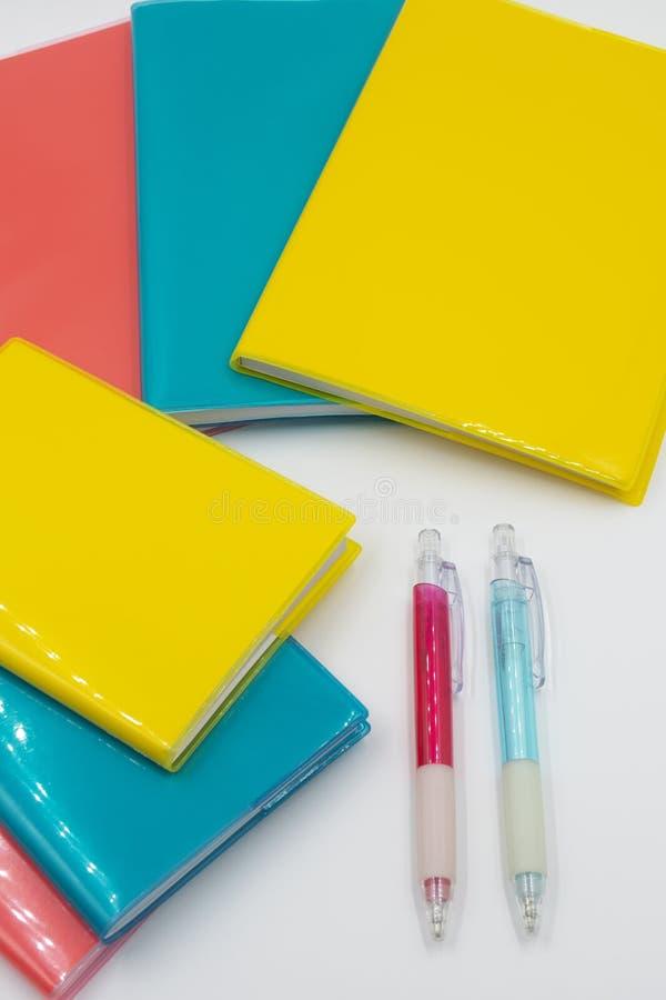 Cuadernos coloridos De nuevo a escuela foto de archivo