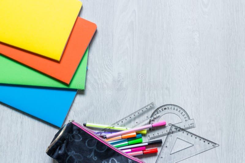 Cuadernos coloridos en el fondo de madera blanco fotografía de archivo