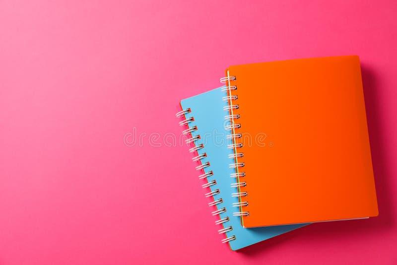 Cuadernos de la escuela en fondo del color imágenes de archivo libres de regalías