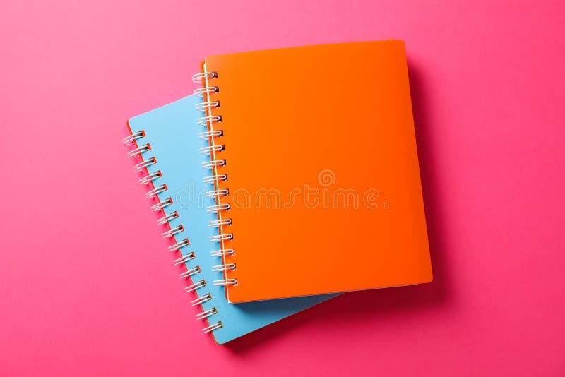 Cuadernos de la escuela en fondo del color imagen de archivo