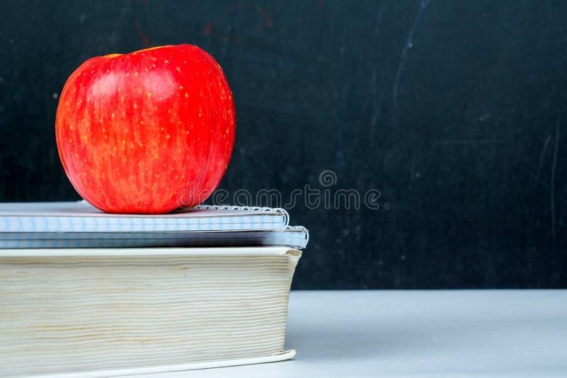 Cuadernos manzana, nuevo año escolar del libro foto de archivo libre de regalías