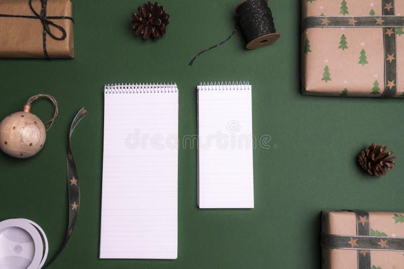 Cuadernos vacíos rodeados por los regalos imagen de archivo libre de regalías
