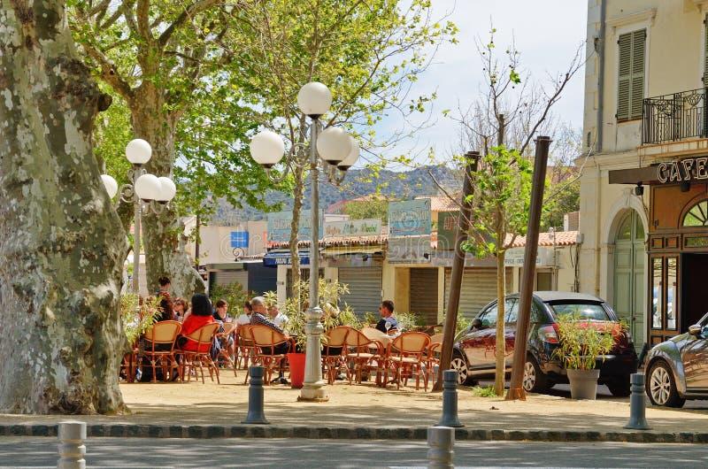 Cuadrado acogedor típico de la ciudad corsa L ` Ile Rousse fotografía de archivo